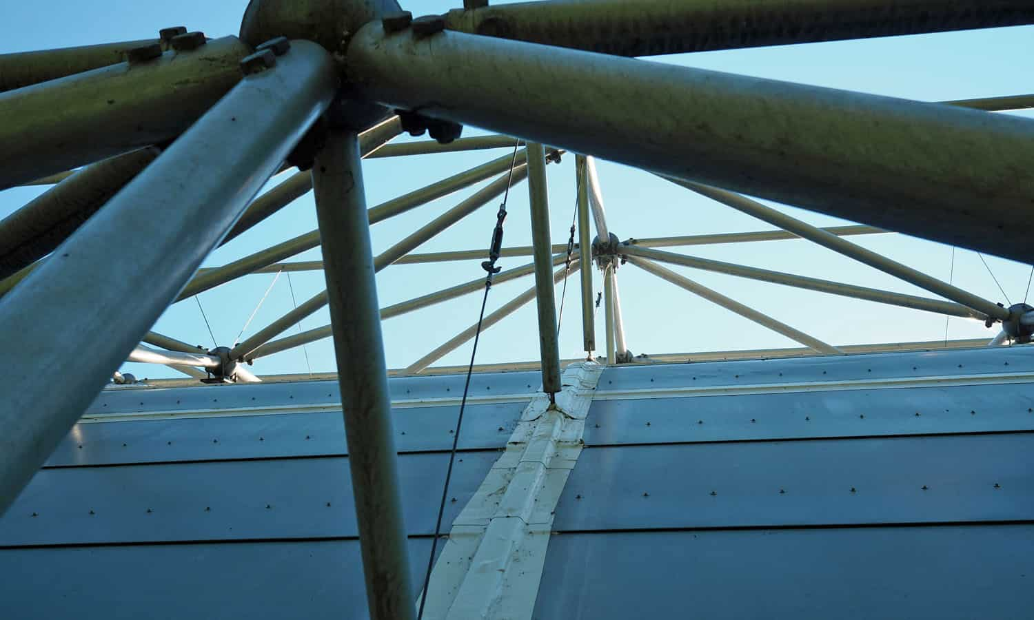 Detail of the structure and new seals at the metal panel intersections